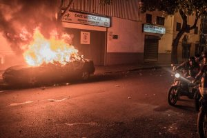 Venezuela, Caracas, 19 April 2017.  Tijdens de May Day demonstratie in Caracas wordt is auto in de brand gestoken.