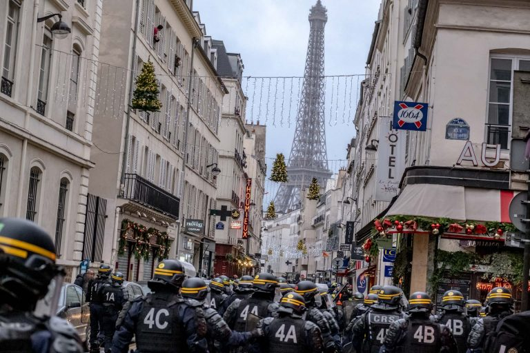 France, Paris, December 8, 2018 | Photo #2 | After the major clashes past, French riot police are sweeping the streets of Paris in order to make sure there are no regroups of Yellow Jacket protesters. Photo: Joris van Gennip
