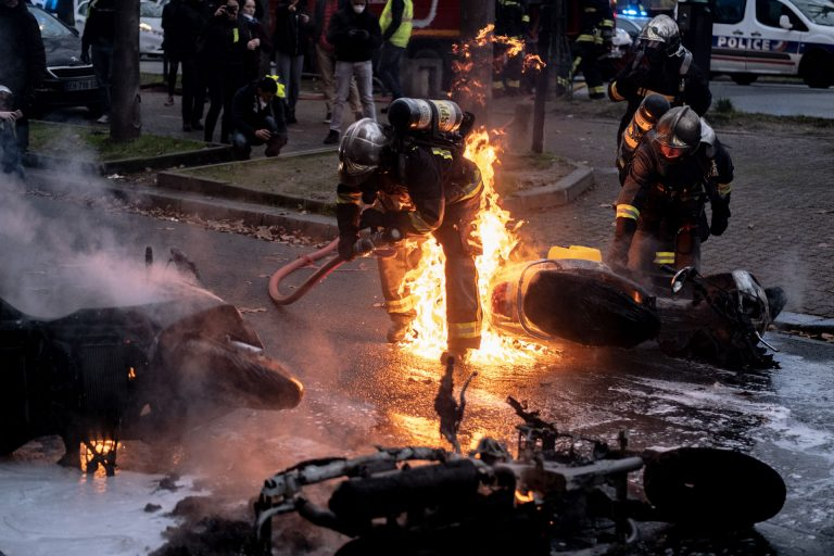 France, Paris, December 8, 2018 | Photo #5 | Various vehicles, including motorcycles, have been set on fire by Yellow Jacket protesters. Photo: Joris van Gennip